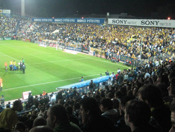 Volles Blumfield Stadium in Tel Aviv